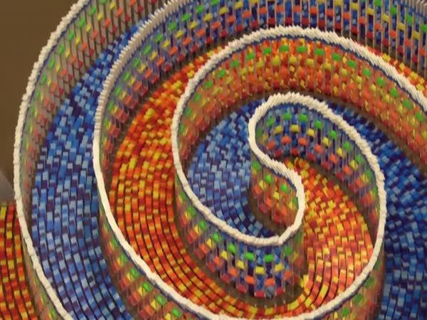 Pád spirály z 15 000 kostiček