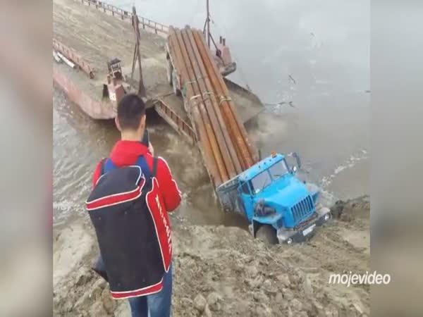 Rusko - Nepovedené nalodění kamionu