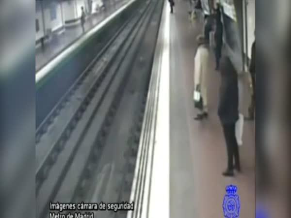 Záchrana muže z kolejiště metra
