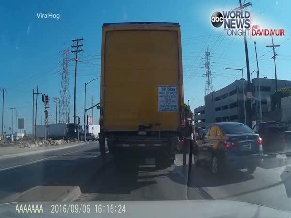 Motorkář vs. řidič na křižovatce