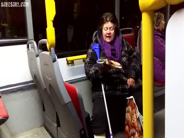 Ukecaná paní v pražské MHD