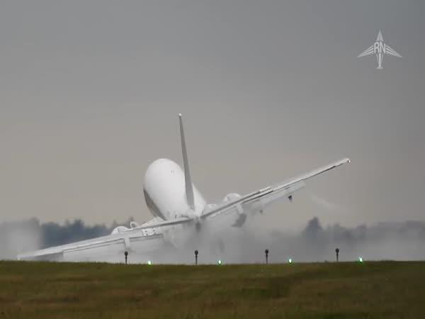 Boeing 737 - přistávání při silném bočním větru