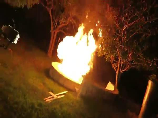 Pokus - 1 000 zapalovačů v ohništi