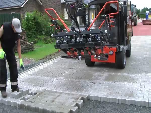 Stroj na pokládání zámkové dlažby