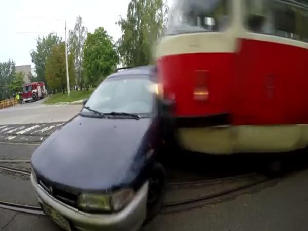 Simulovaná nehoda tramvaje a auta