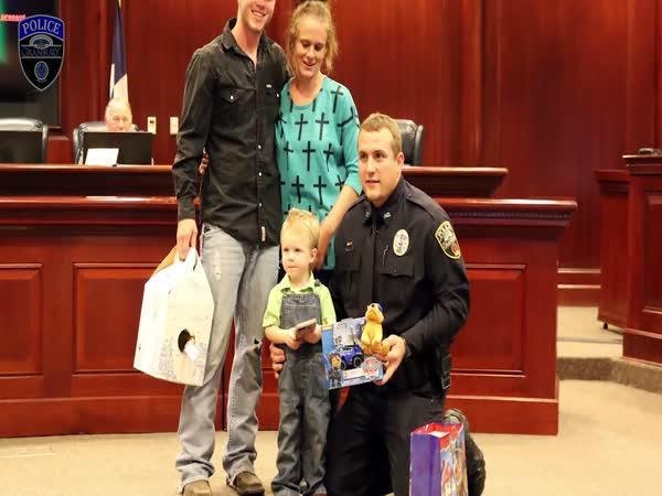 Policista oživil malého chlapce