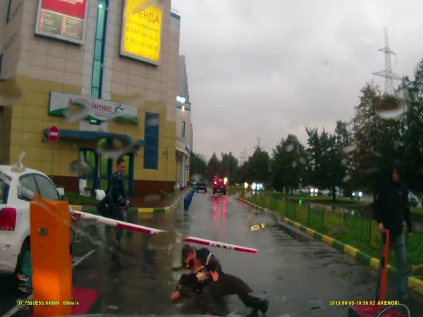 Opilý cyklista vs. závora
