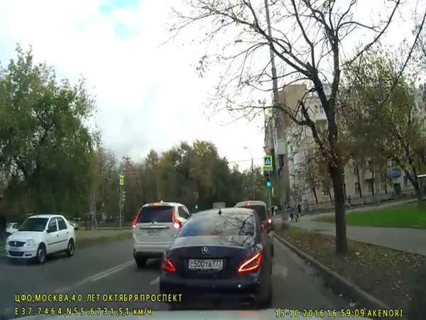 Rusko - Soutěživý řidič Mercedesu