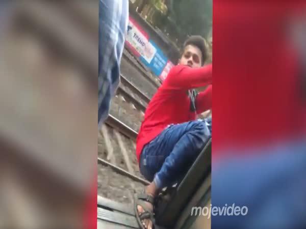 Z vlaku se vyklánět nevyplácí