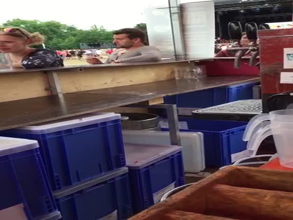 Opilý chlapík si objednal zmrzlinu