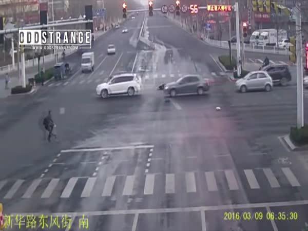 Čína - Sraženému motorkáři nikdo nepomůže