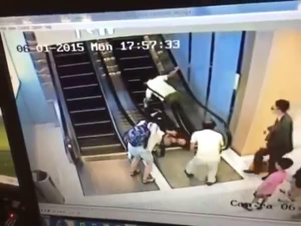 Důchodci poprvé na eskalátorech