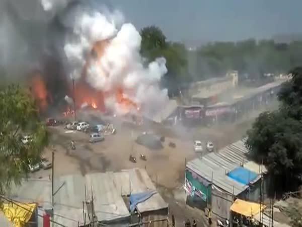 Sklad pyrotechniky v plamenech