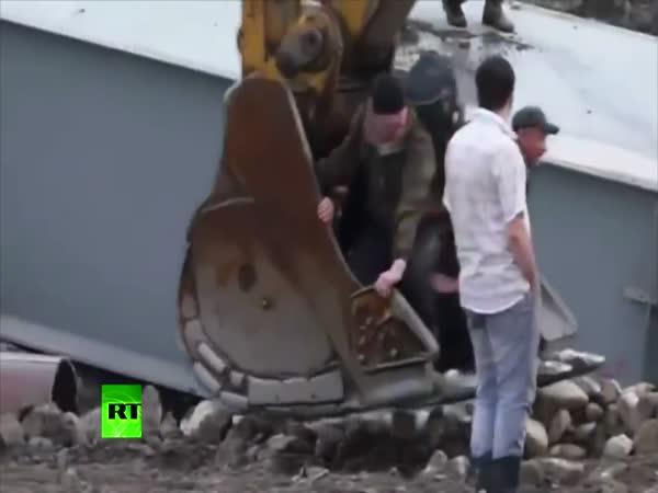 Záchrana lidí bagry v Rusku