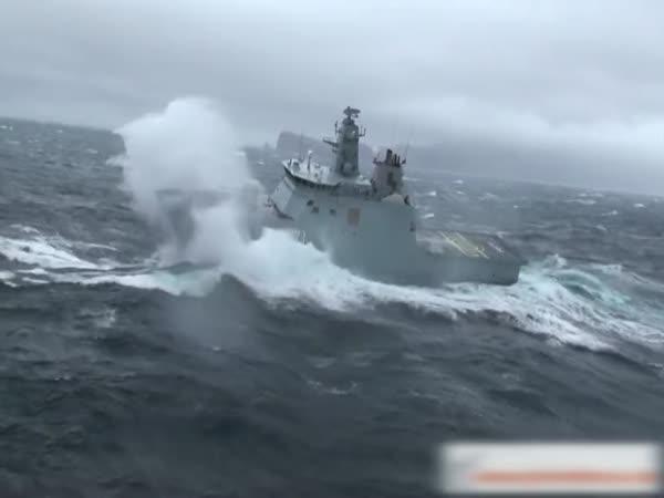 Přistání vrtulníku na rozbouřeném moři