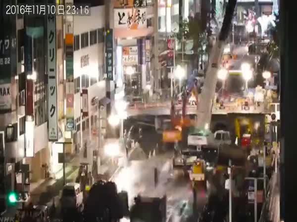 Japonsko - oprava kráteru v cestě