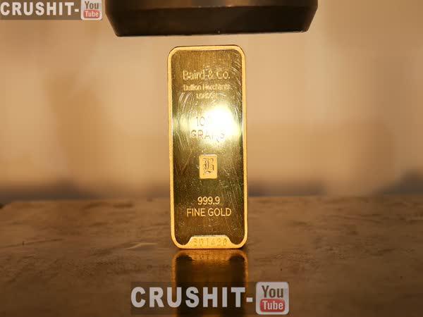 Zlatá cihla v hydraulickém lisu