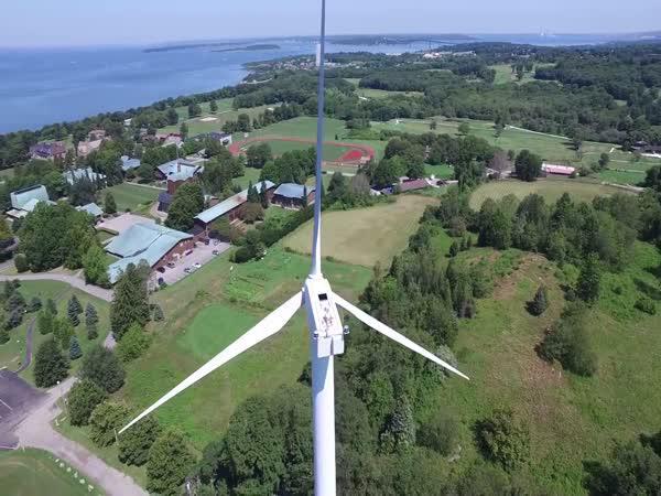 Dron a větrná elektrárna