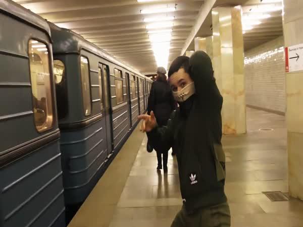 Riskantní trik v metru