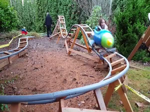Děda postavil vnoučatům horskou dráhu