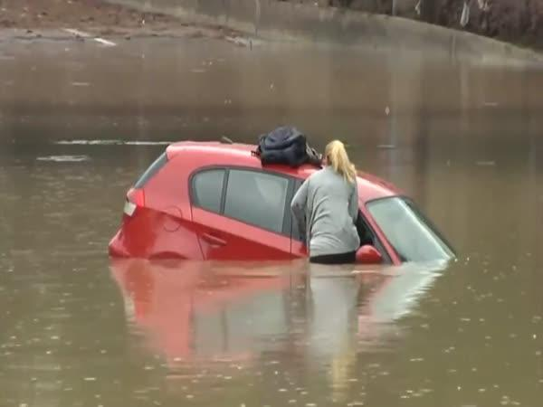Blondýna vs. zaplavená silnice