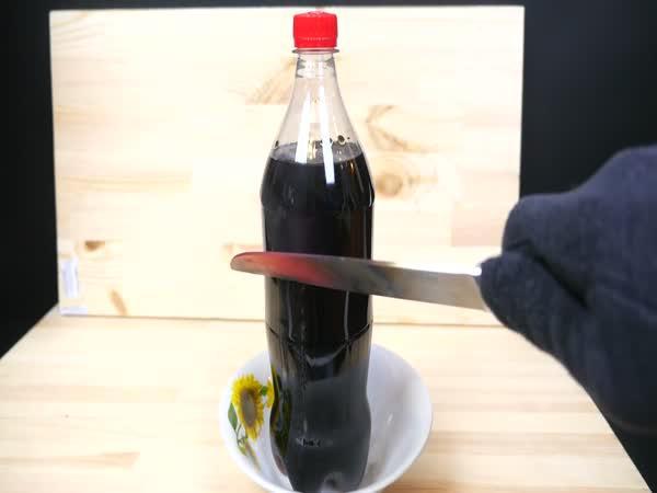 Nůž vs. Coca Cola