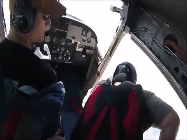 Parašutista ztratil ve vzduchu botu