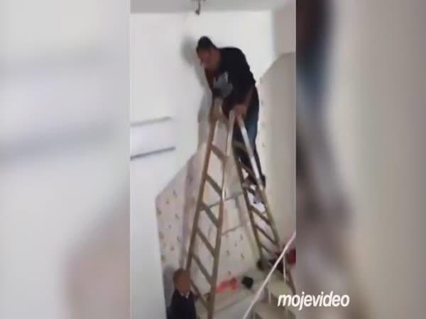 Lustr zavěste nad schody!