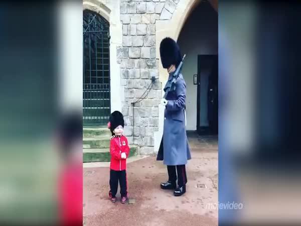 Nejmenší fanoušek královské stráže