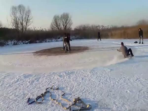 Poláci sáňkují na rybníce