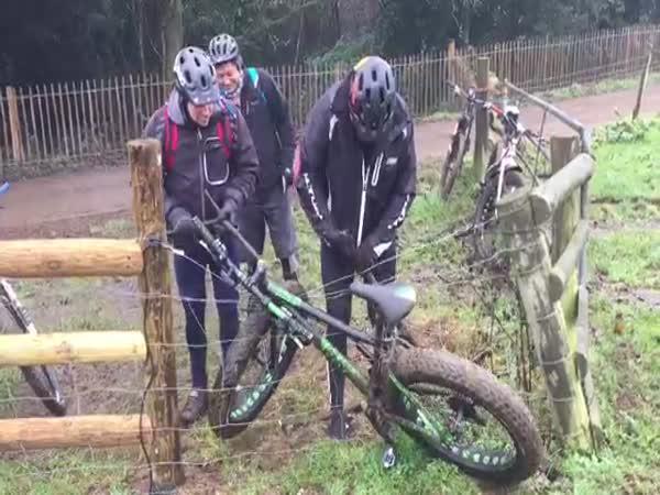 Cyklista vjel do elektrického ohradníku