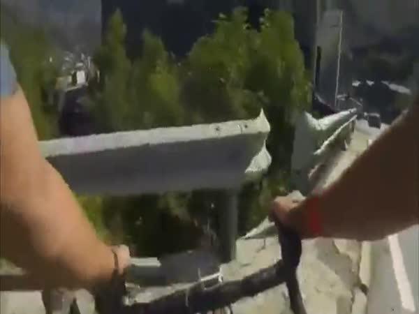 Cyklista Rodriguez v zatáčce
