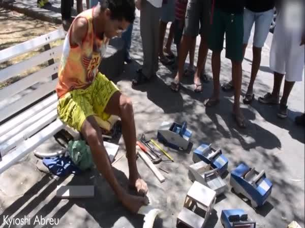 Bezruký vyrábí hračky pro děti