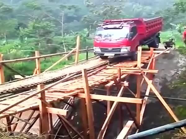 Dřevěný most vs. nákladní automobil