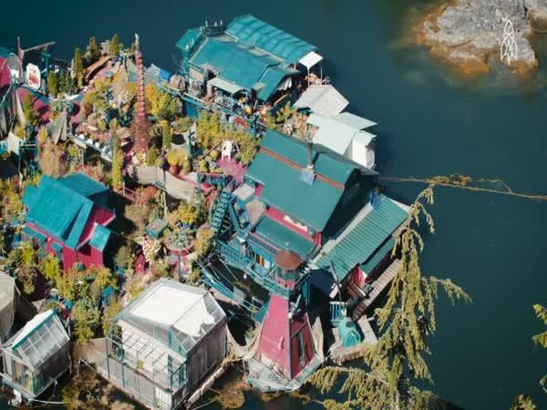 Plovoucí domov mimo civilizaci