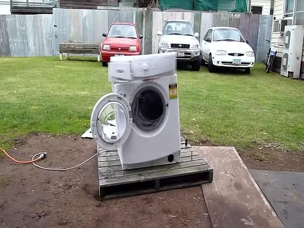 Když do pračky strčíte železo