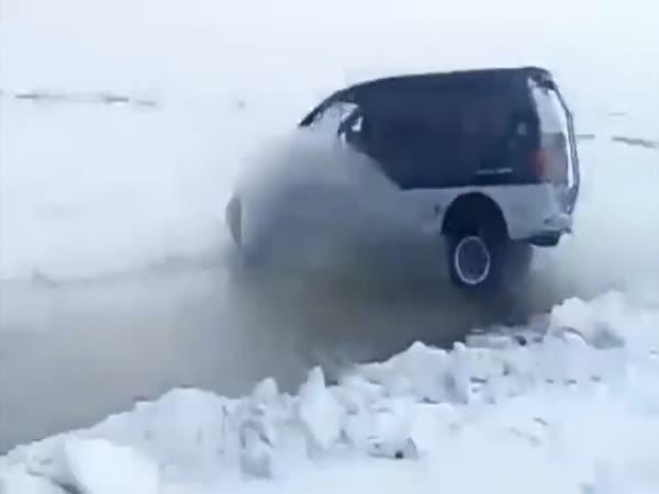 Jak přejet autem přes trhlinu v ledě