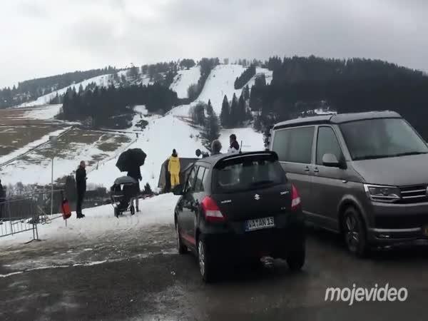Autentický záběr z rakouského lyžařského střediska