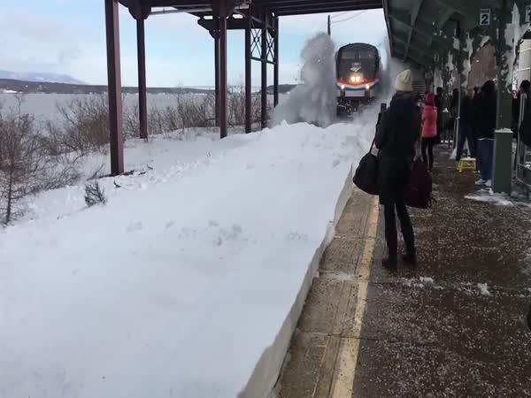 Přijíždí vlak s radlicí
