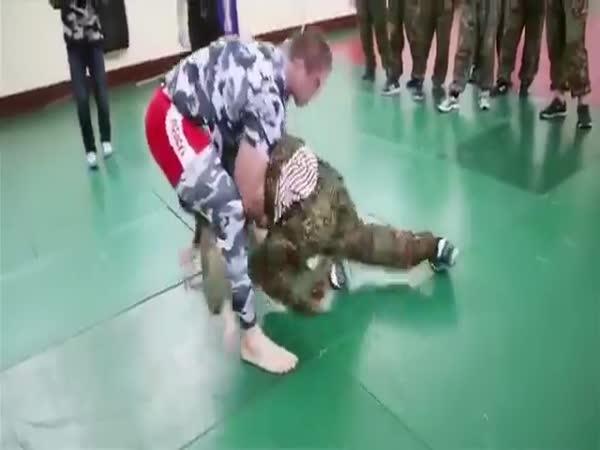 Ruské speciální jednotky vs. MMA zápasník