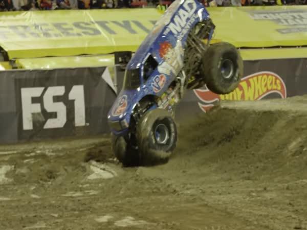 První front flip v historii Monster Trucku
