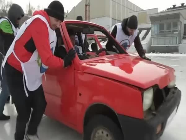 V Rusku hrají curling s auty!