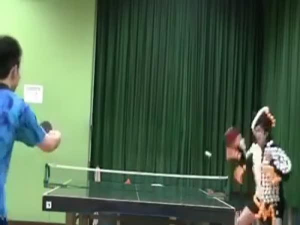 Zahrajte si ping pong s kuželkami!