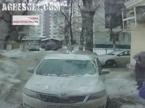 Škoda Rapid vs. led ze střechy
