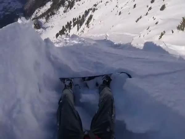 Snowboarďák vs lavina