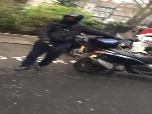 Neúspěšný pokus o krádež motorky