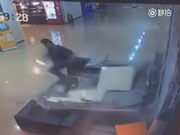 Žena zapomene na ruční brzdu v garážích