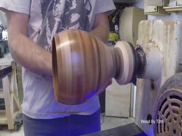 Výroba vázy ze třiceti druhů dřeva