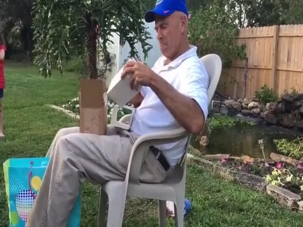 Dárek pro barvoslepého dědu