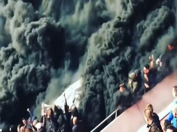 Zakouřená atmosféra na fotbale